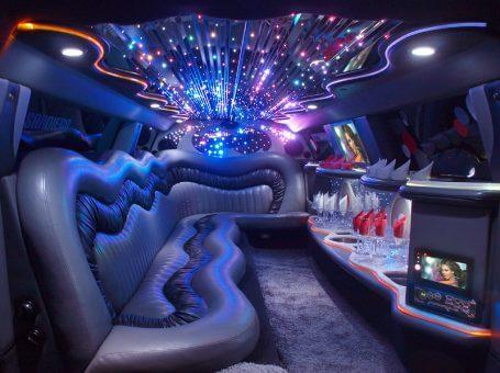 До всички вечерни партита: да празнувате в лимузина под наем е по-евтино от бар